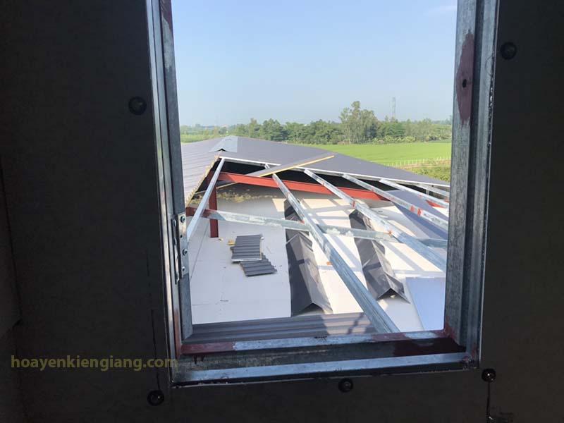 nhìn từ cửa ra nhà yến